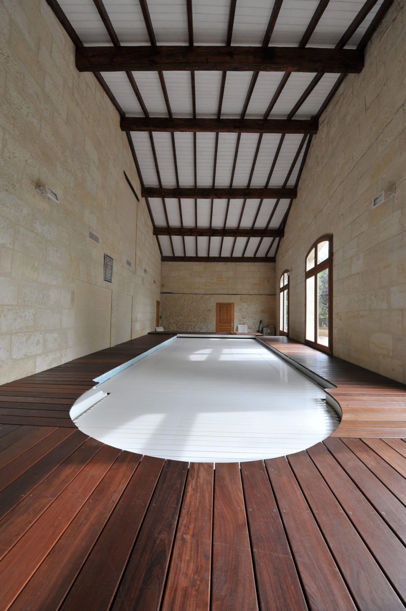 Frais decoration interieur avec volet roulant pour piscine for Constructeur piscine 17