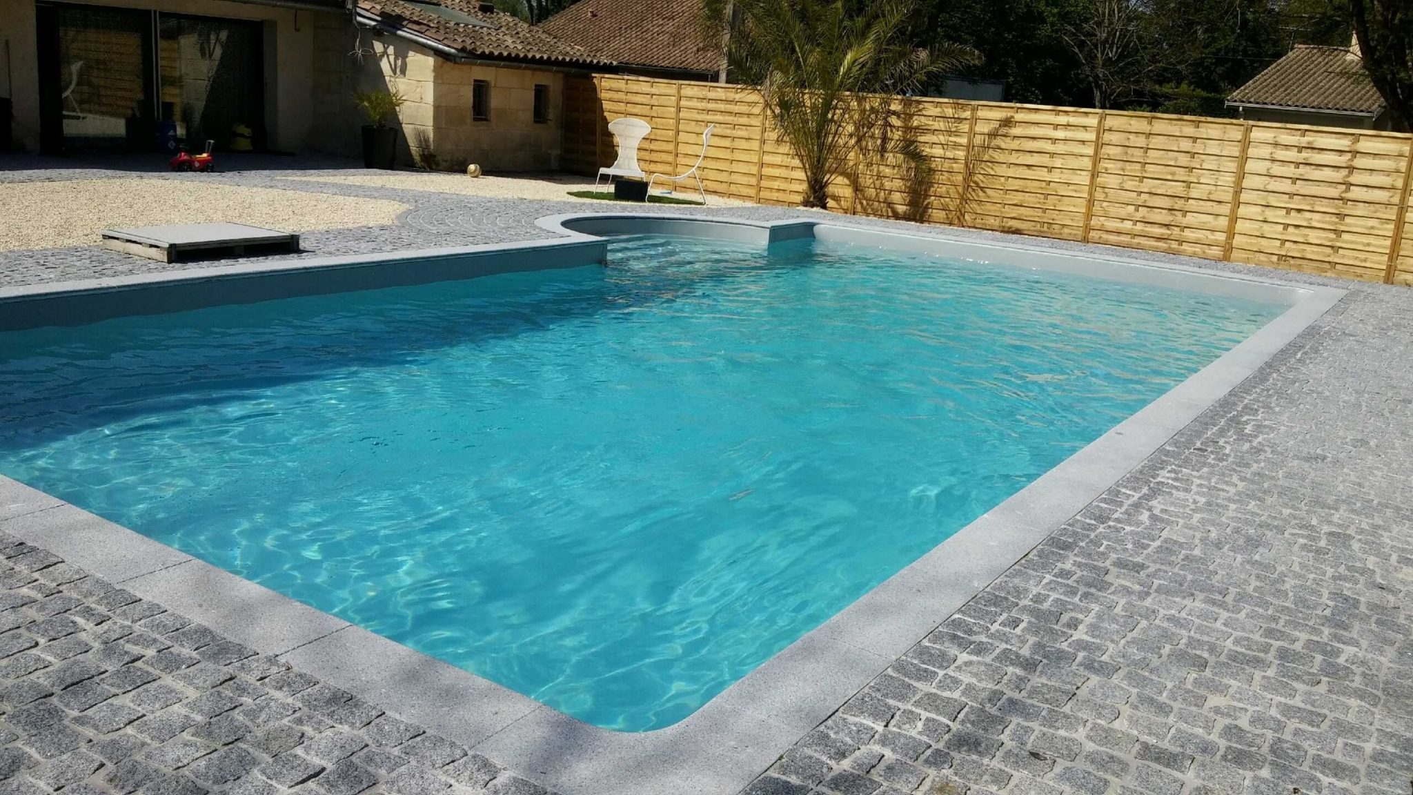 piscine avec entourage pav reference piscine constructeur de piscines en gironde. Black Bedroom Furniture Sets. Home Design Ideas
