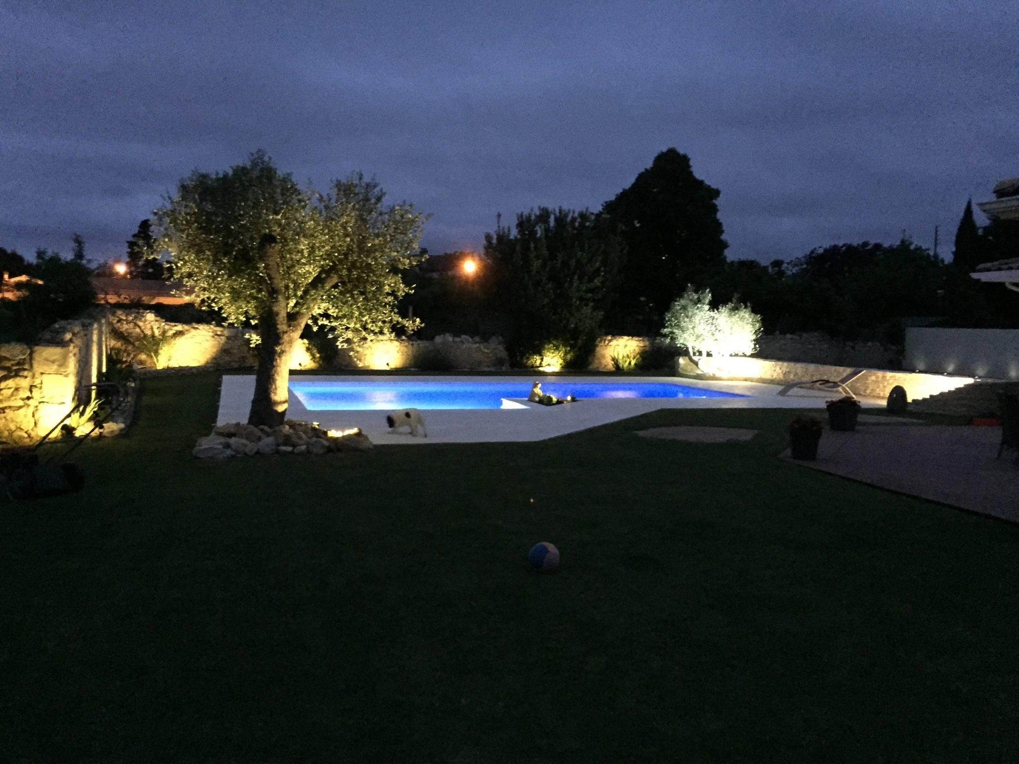 Piscine illumin e nocturne reference piscine for Constructeur de piscines